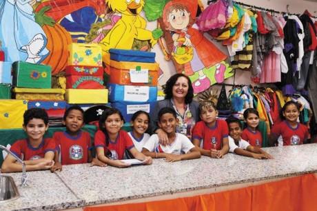 Professora Ana Telles com seus alunos: crianças apresentaram sarau para a comunidade