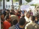 manifestantes-protestam-contra-o-projeto-e-tentam-entrar-na-assembleia-apos-a-transmissao-da-sessao-ser-suspensa-1461705066064_615x300