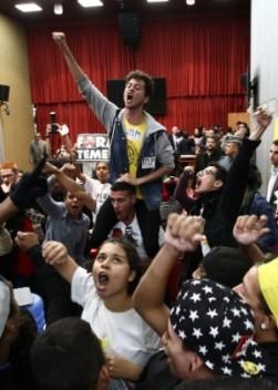 22jun2016---estudantes-comemoram-a-abertura-da-cpi-da-mafia-da-merenda-na-alesp-assembleia-legislativa-de-sao-paulo-na-tarde-desta-quarta-feira-22-1466625200546_300x420